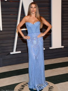 25F8474D00000578-2964682-Knockout_Sofia_Vergara_looked_stunning_in_a_strapless_blue_Zuhai-m-10_1424680037338